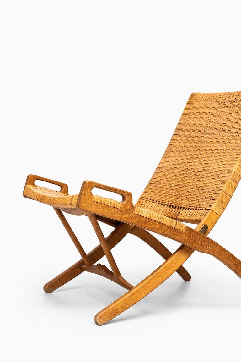 Rare folding chair model JH512 designed by Hans Wegner. Produced by cabinetmaker Johannes Hansen in Denmark. Model presented at The Copenhagen cabinetmakers' guild exhibition at Design Museum Denmark, 1949.