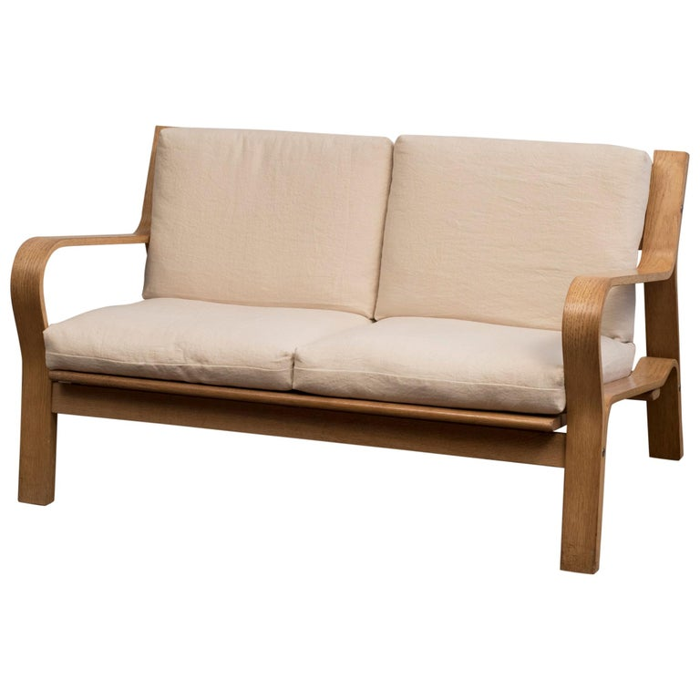Hans Wegner GE671 Settee in Oak and Belgian Linen, Denmark, 1967 For Sale