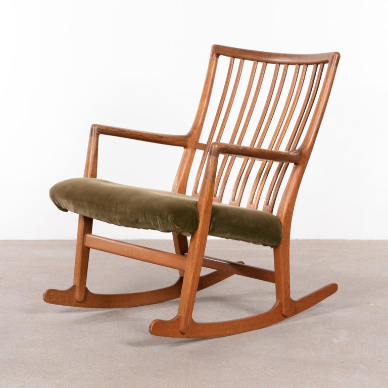 Elegant Hans Wegner ML-34 rocking chair produced by Mikael Laursen. Teak frame and fabric upholstery / cover of later date. Light traces of use mainly on the wooden frame. The seat of the chair is now covered with fabric that would need to be