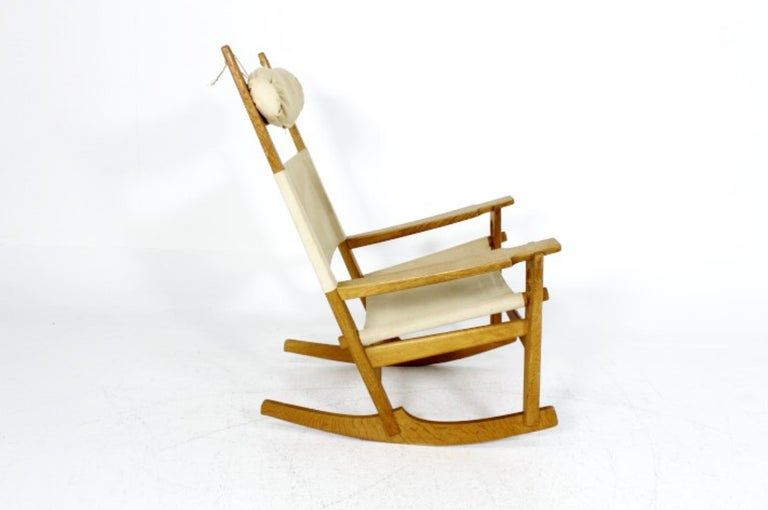 Keyhole rocking chair designed by Hans J. Wegner for GETAMA in Denmark in the end of Fifties. Frame made in natural oakwood and linen.