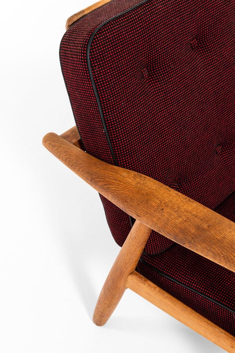 Scandinavian Modern Hans Wegner Sofa Model GE-240 / Cigar Produced by GETAMA in Denmark For Sale