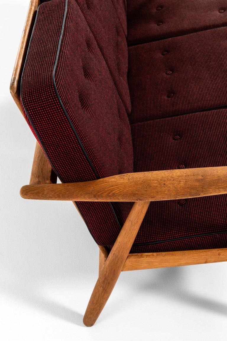Hans Wegner Sofa Model GE-240 / Cigar Produced by GETAMA in Denmark In Good Condition For Sale In Malmo, SE