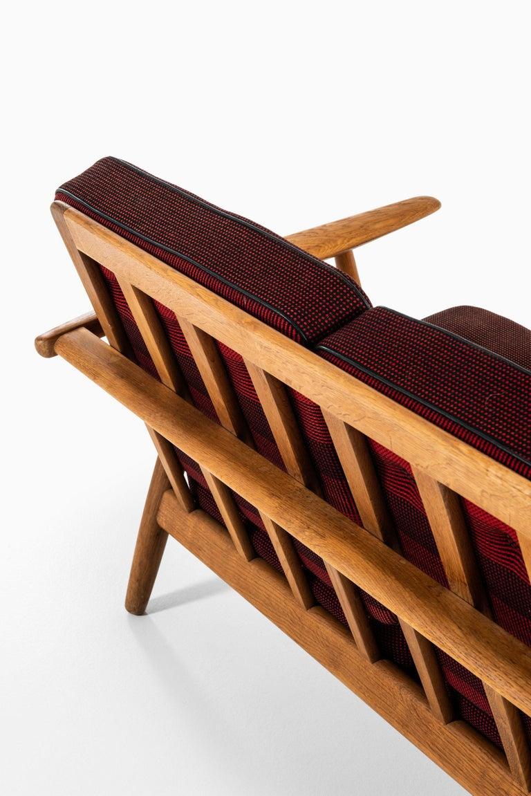 Hans Wegner Sofa Model GE-240 / Cigar Produced by GETAMA in Denmark For Sale 1