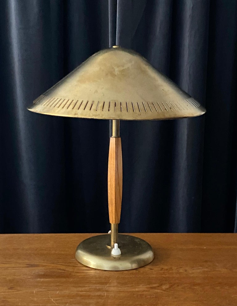 A modernist table lamp or desk light. Produced by the iconic Swedish lamp maker Böhlmarks, circa 1940. Design attributed to Harald Notini.