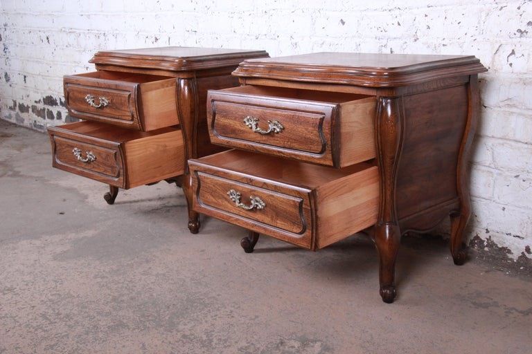 Harden French Provincial Louis XV Walnut Nightstands, Pair For Sale 4