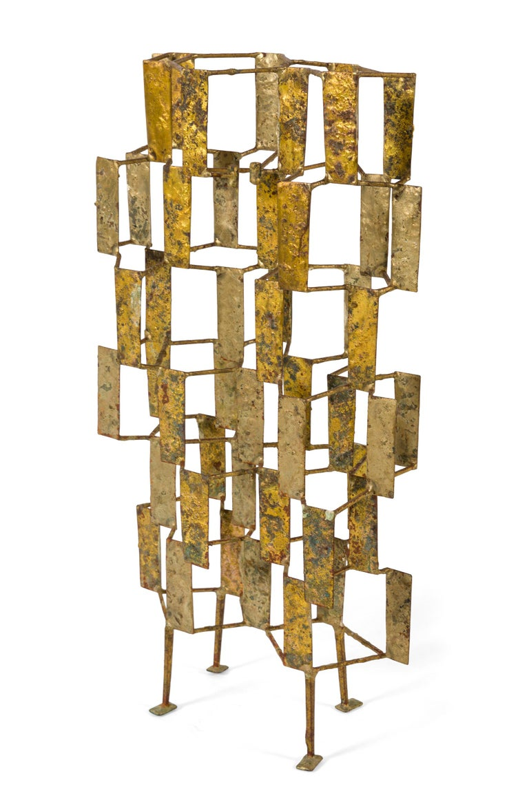 The idea of working with flat, metal squares or plates in connection with rods supporting and holding them together fascinated Bertoia. The light falling on these panels and the reflection from one panel to another panel gives the sculpture the