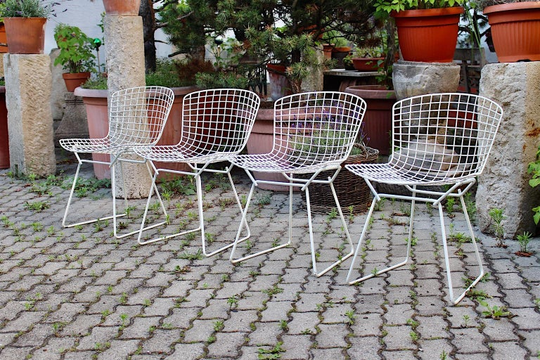 Harry Bertoia Mid-Century Modern Vintage Set of Four White Dining Chairs, 1950s In Good Condition For Sale In Vienna, AT