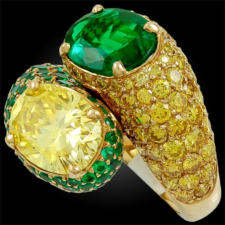Harry Winston Fancy Intense Yellow Diamond and Emerald Twin Ring In Good Condition For Sale In New York, NY