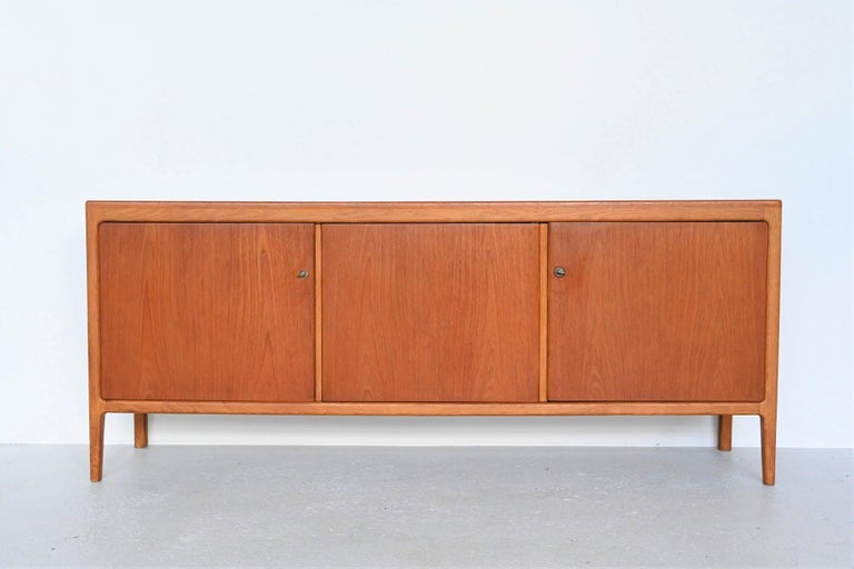 Beautiful shaped sideboard designed by Hartmut Lohmeyer and manufactured by Wilkhahn, Germany, 1959. This sideboard is made of oak and teak wood which creates a very nice and playful contrast. It has plenty of storage space on the inside. Behind the