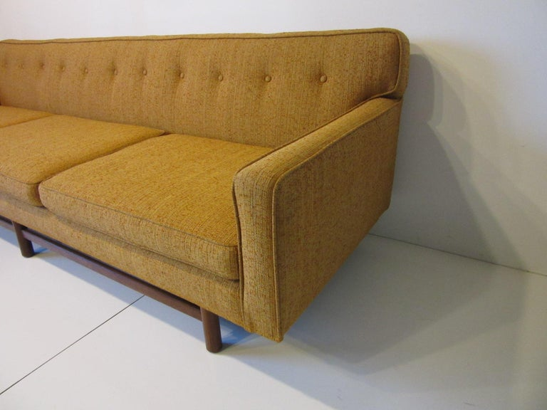 Mid Century Sofa in the style of Harvey Probber In Good Condition For Sale In Cincinnati, OH