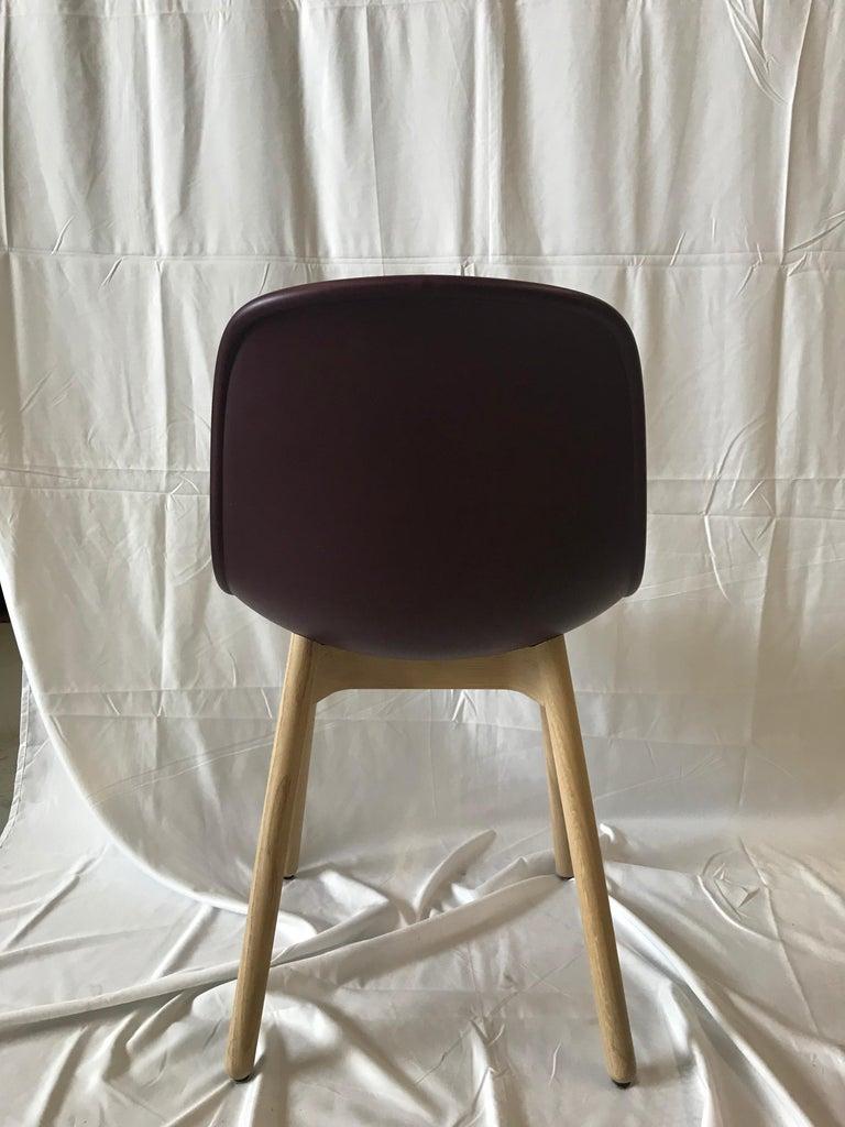 Neu's ergonomically moulded shell combined with its round solid wooden legs results in a perfectly defined profile. The durable, finely-grained plastic adds textural interest, while the rim detail gives the design structure and character. In the