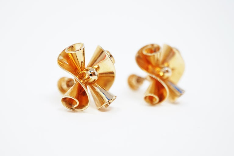 These vintage gilded scroll earrings by Barclay, circa 1950, are perfect for adding a touch of gorgeous golden shine to your look!  Great for holiday ensembles, evening outfits and other sophisticated styles.  ABOUT BARCLAY: Barclay Jewelry Inc. was