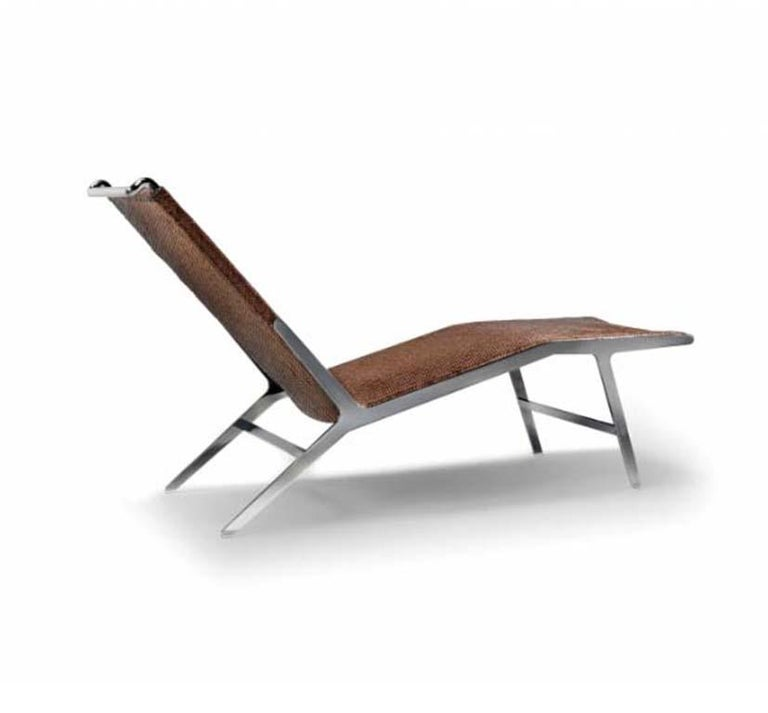 There is no doubt the Helen chaise longue possesses a powerful, bold personality that automatically invests it with star status in any setting. The visual impact of the metal structure and its sinuous silhouette lend the Helen chaise longue striking