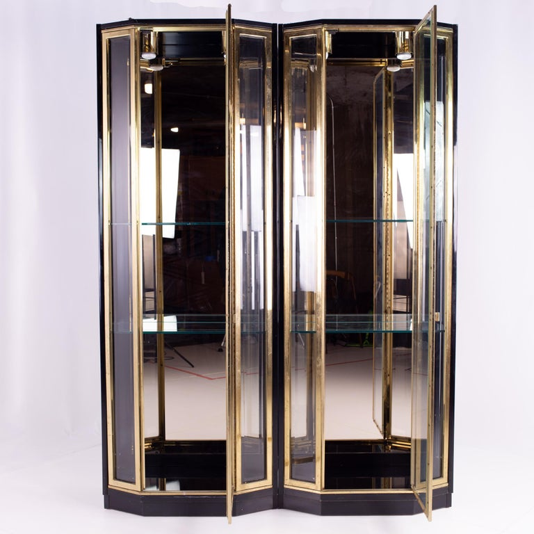 Henredon Black and Brass Midcentury Display Cabinets, Pair, Mcm For Sale 1