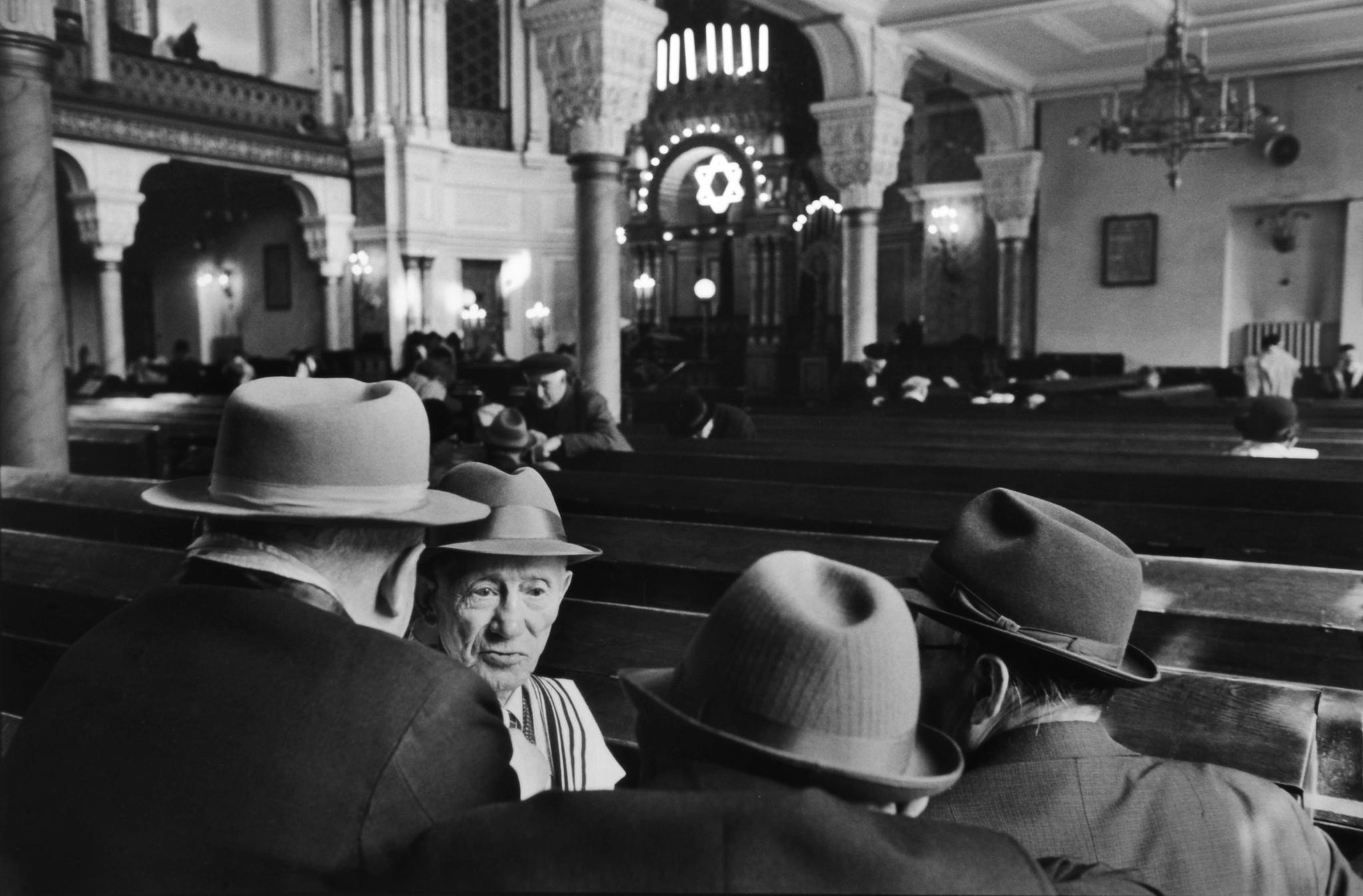 Saturday in the Synagogue, Leningrad, 1973 - Henri Cartier-Bresson
