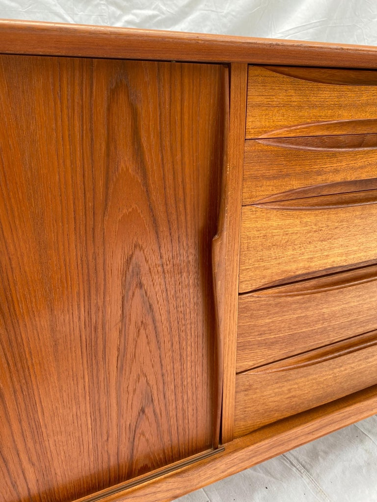 Henry Rosengren Hansen Teak Credenza for Skovby Mobelfabrik, Denmark In Good Condition For Sale In Philadelphia, PA
