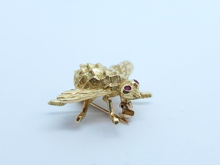 Herbert Rosenthal Bee Pin, 18 Karat Yellow Gold with Ruby Eyes In Excellent Condition For Sale In Beverly Hills, CA