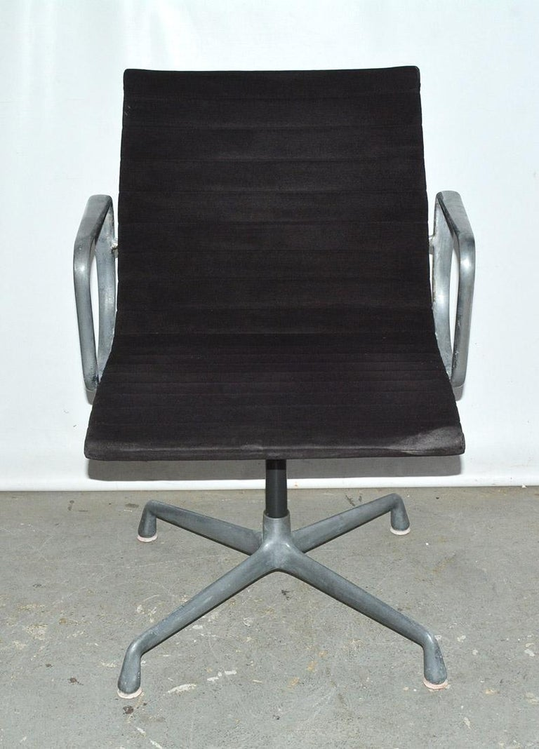 Mid-Century Modern Herman Miller Aluminum Group Office Armchair For Sale