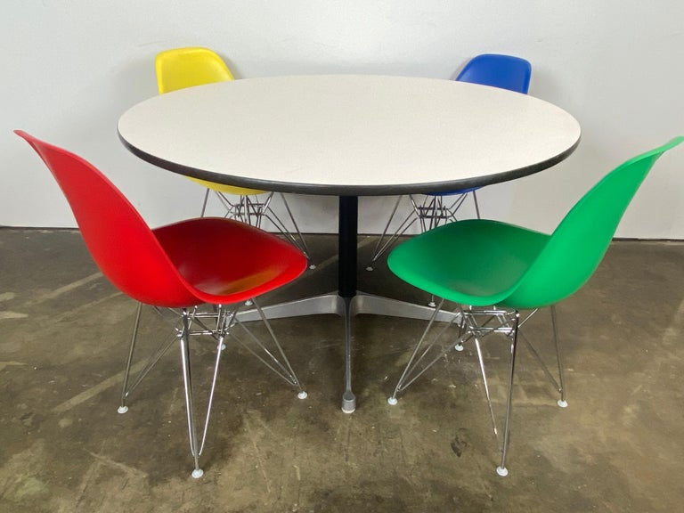 Herman Miller Eames Dining Set In Good Condition For Sale In Brooklyn, NY