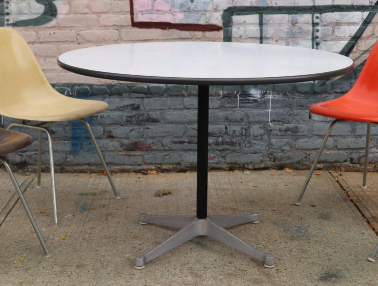 Herman Miller Eames Dining Set with Table In Good Condition For Sale In Brooklyn, NY