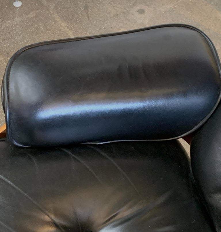 Tall Herman Miller Eames Lounge Chair and Ottoman In Good Condition For Sale In Palm Springs, CA