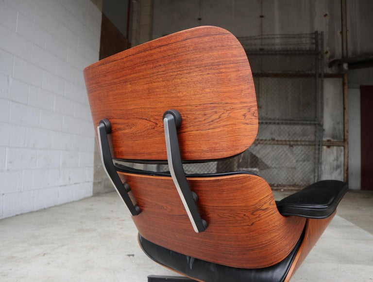 Herman Miller Eames Lounge Chair in Rosewood In Good Condition In Brooklyn, NY