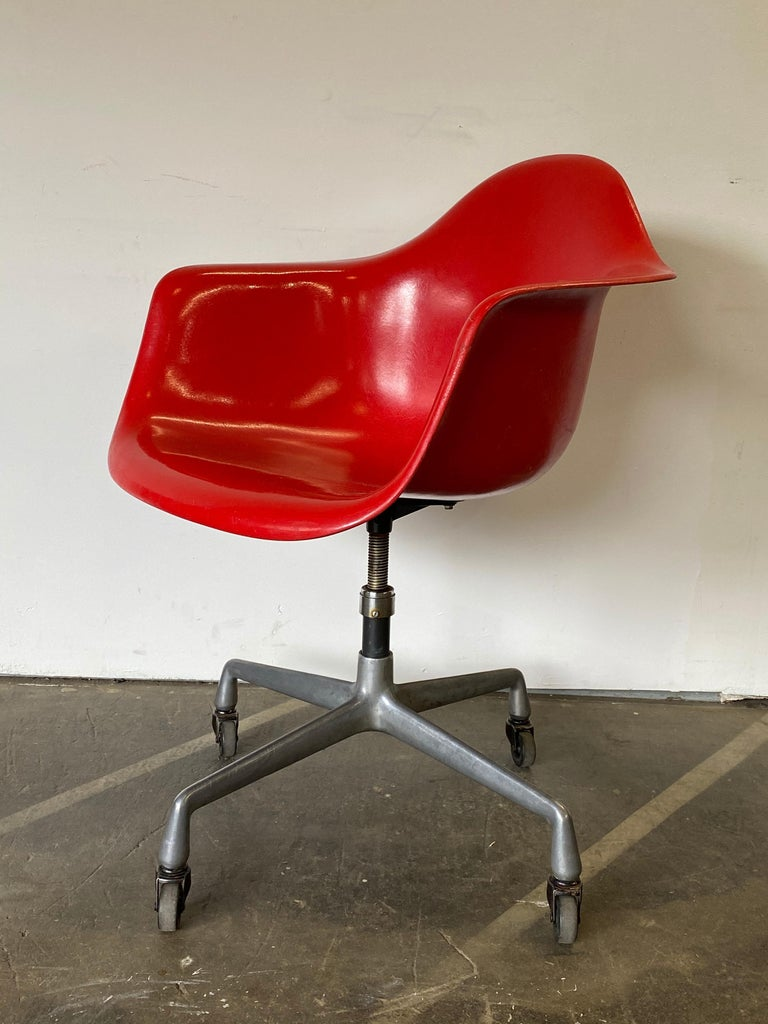 Herman Miller Eames Office Desk Chair in Cherry Red In Good Condition For Sale In Brooklyn, NY