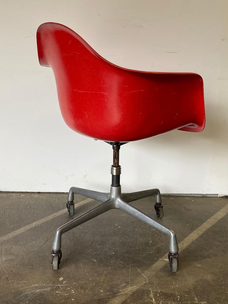 Herman Miller Eames Office Desk Chair in Cherry Red For Sale 1
