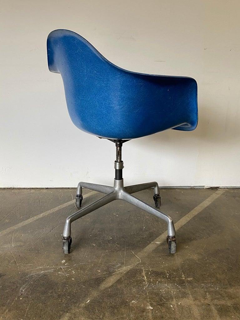 Herman Miller Eames Office Desk Chair in Ultramarine Blue For Sale 3