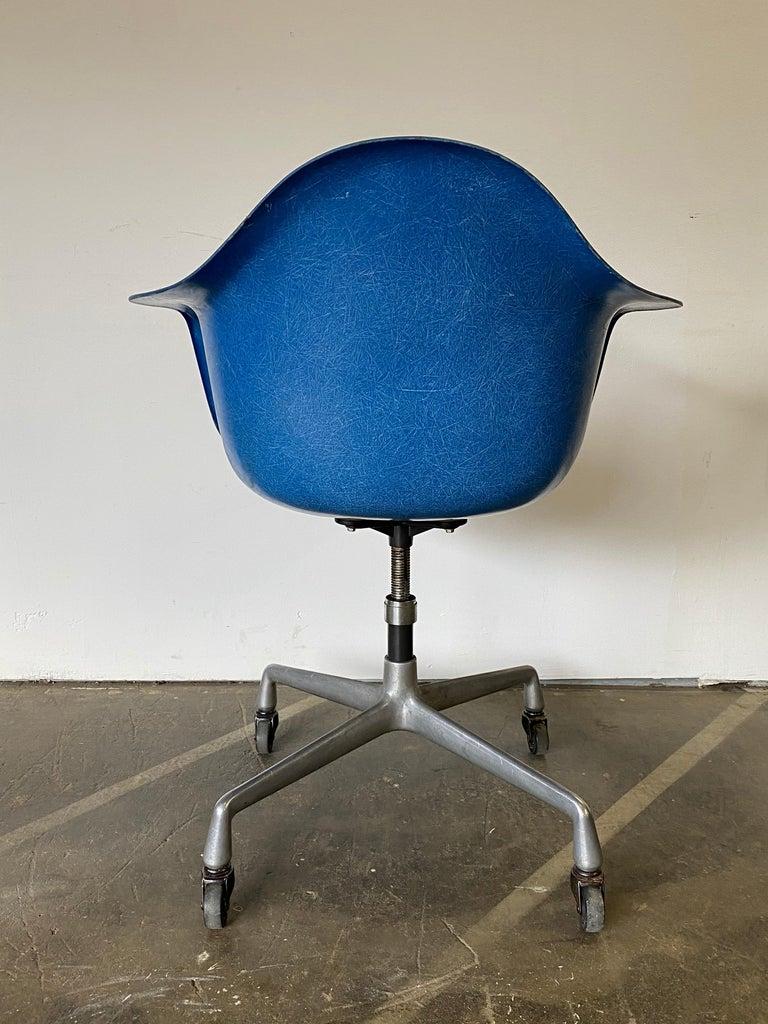 Herman Miller Eames Office Desk Chair in Ultramarine Blue For Sale 4