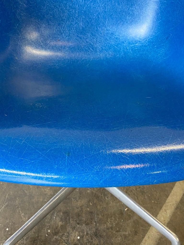 20th Century Herman Miller Eames Office Desk Chair in Ultramarine Blue For Sale
