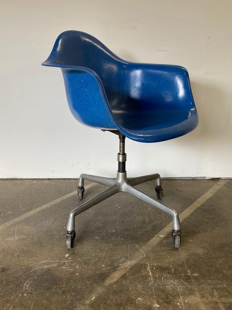 Fiberglass Herman Miller Eames Office Desk Chair in Ultramarine Blue For Sale