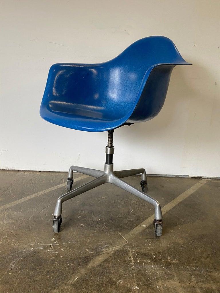 Herman Miller Eames Office Desk Chair in Ultramarine Blue For Sale 1