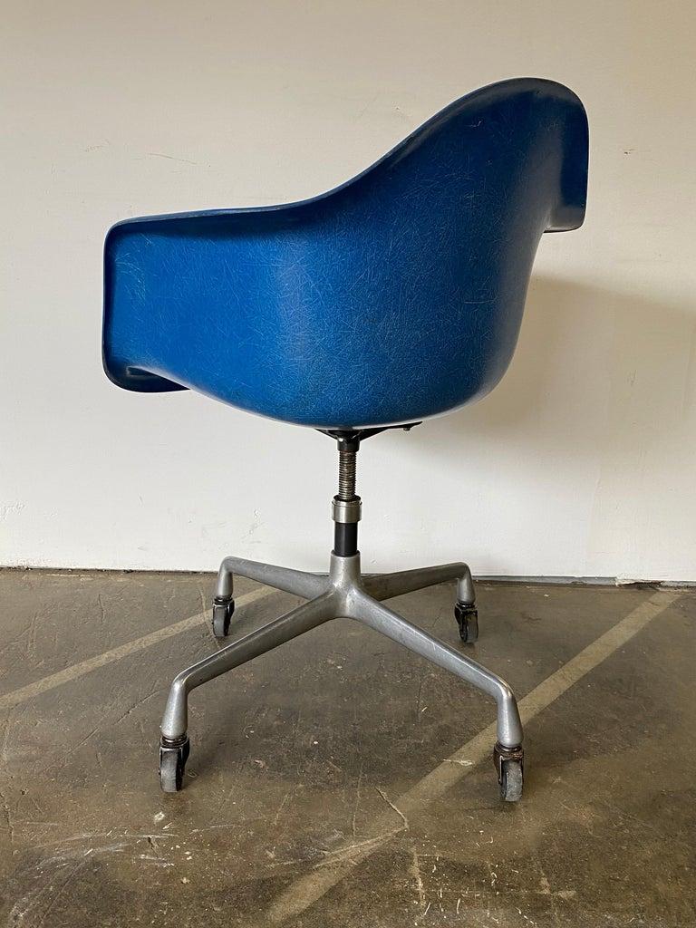 Herman Miller Eames Office Desk Chair in Ultramarine Blue For Sale 2