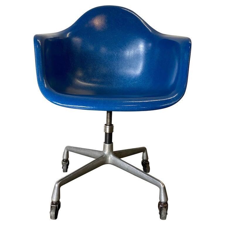 Herman Miller Eames Office Desk Chair in Ultramarine Blue For Sale