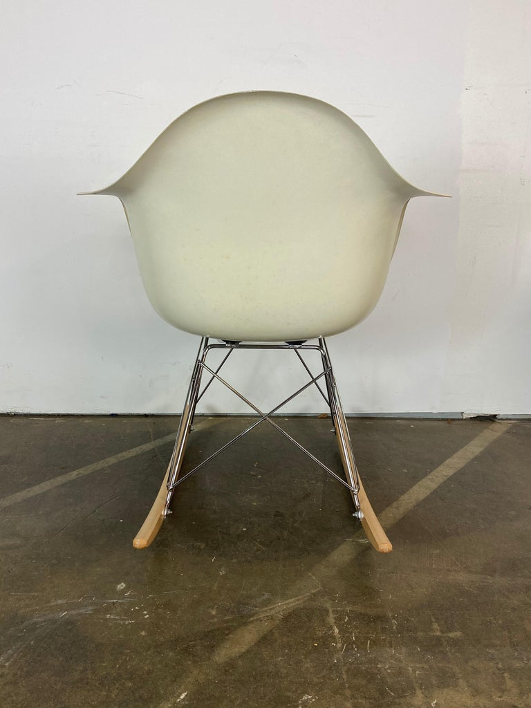 Herman Miller Eames RAR Rocker in Parchment In Good Condition For Sale In Brooklyn, NY