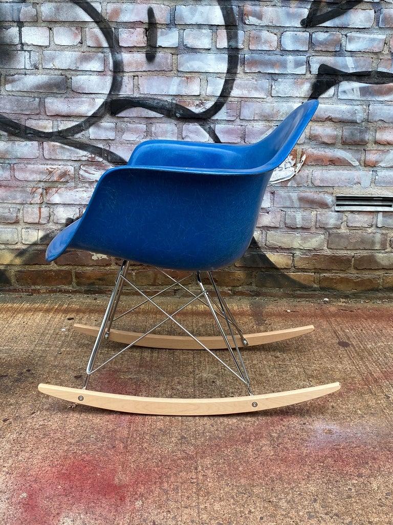 Herman Miller Eames Mode RAR Rocker in Ultramarine Blue In Good Condition For Sale In Brooklyn, NY