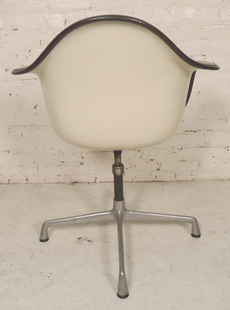 Herman Miller Shell Chair In Good Condition For Sale In Brooklyn, NY