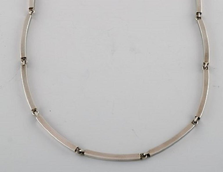 Hermann Siersbøl, Denmark. Modernist necklace in sterling silver. Mid-20th century. Full length: 39 cm. Width: 3 mm. In very good condition. Stamped.
