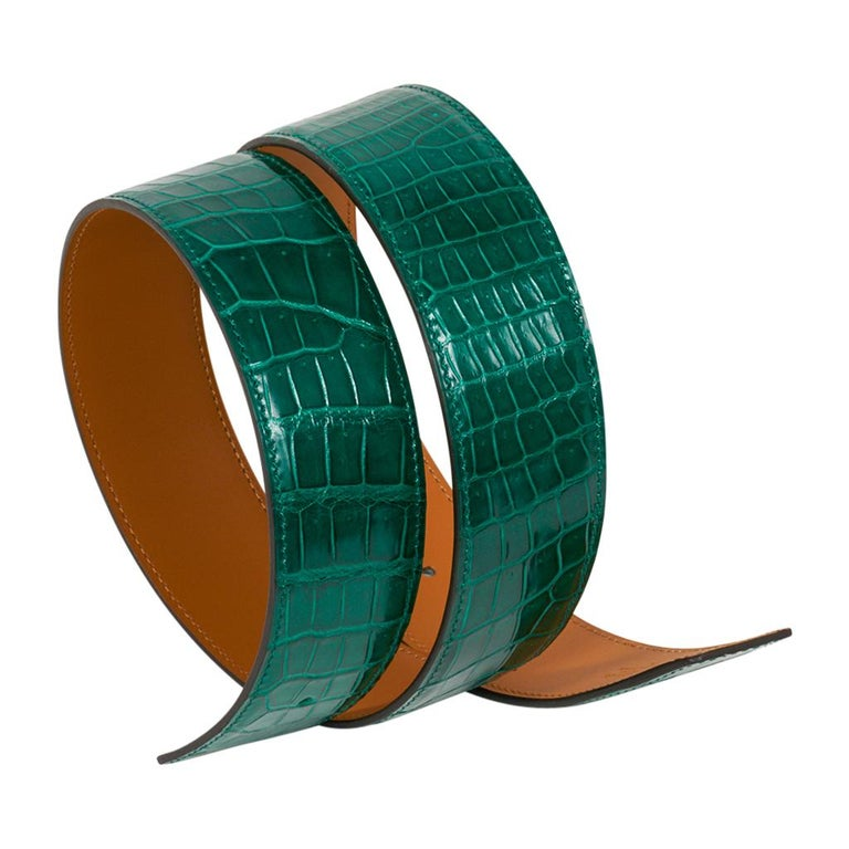 Guaranteed authentic Hermes Constance 42 mm belt features reversible Emerald Porosus Crocodile. This exquisite jewel toned Emerald green is among the most coveted Hermes colours in the world - and rare to find.  Fabulous over sized brushed Gold