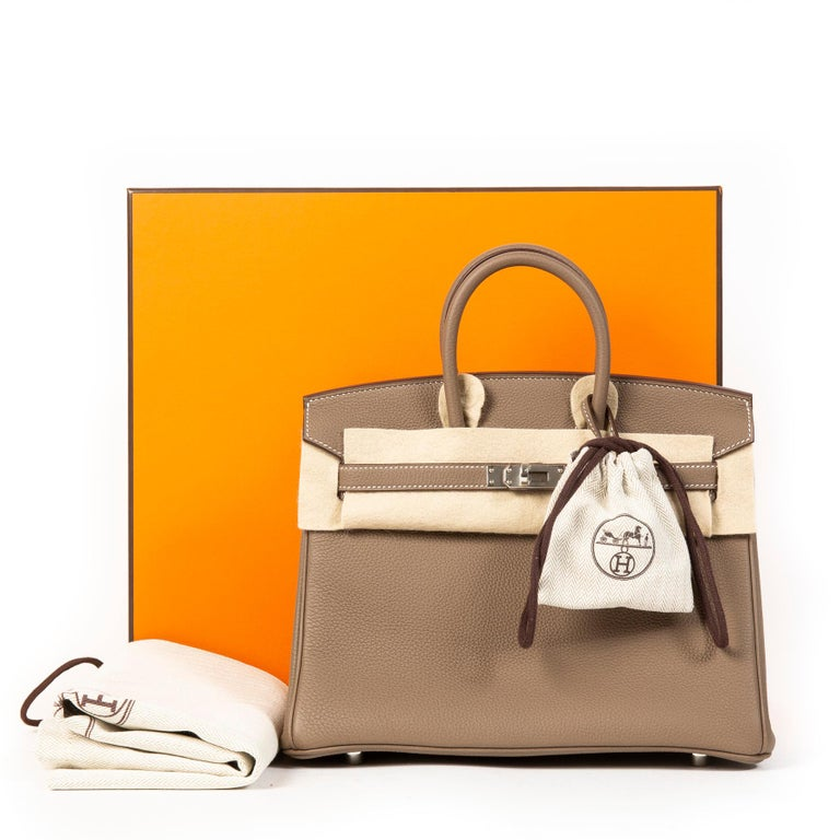 The world's most wanted bag! This beautiful and brand new Hermès Birkin comes in the size 25 and is crafted out of wondefully pebbled Togo leather. The color 'Etoupe' is one of the most requested neutral colors by Hermès and works with everything in