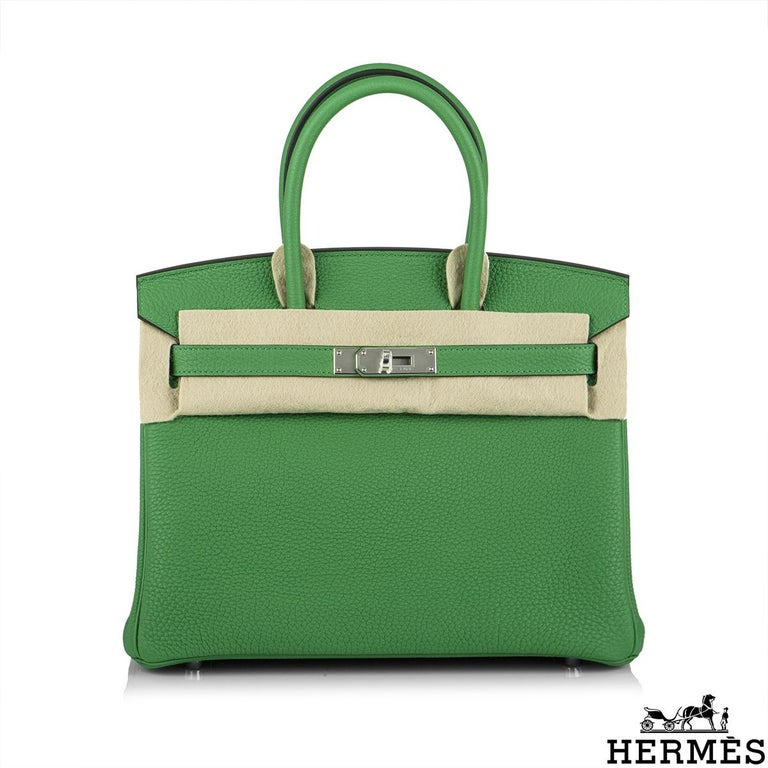 A Stunning Hermès Birkin Verso 30 Bag. The exterior of this Birkin features a togo leather in bambou and is detailed with palladium hardware. The interior is lined with contrast caramel chevre. The interior features a zipper pocket with an Hermès