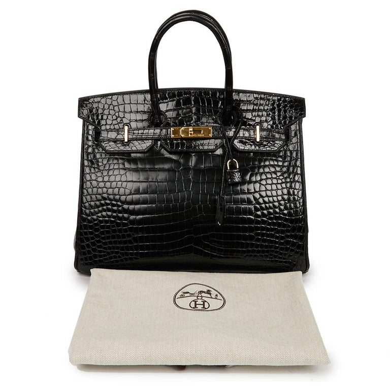 Beautiful Birkin bag from Maison Hermès in size 35 cm, it is in a Shiny black Porosus crocodile. Black leather inside. The jewelry is golden and in good condition (micro scratches).  The bag is in very good condition condition: corners, wrists,
