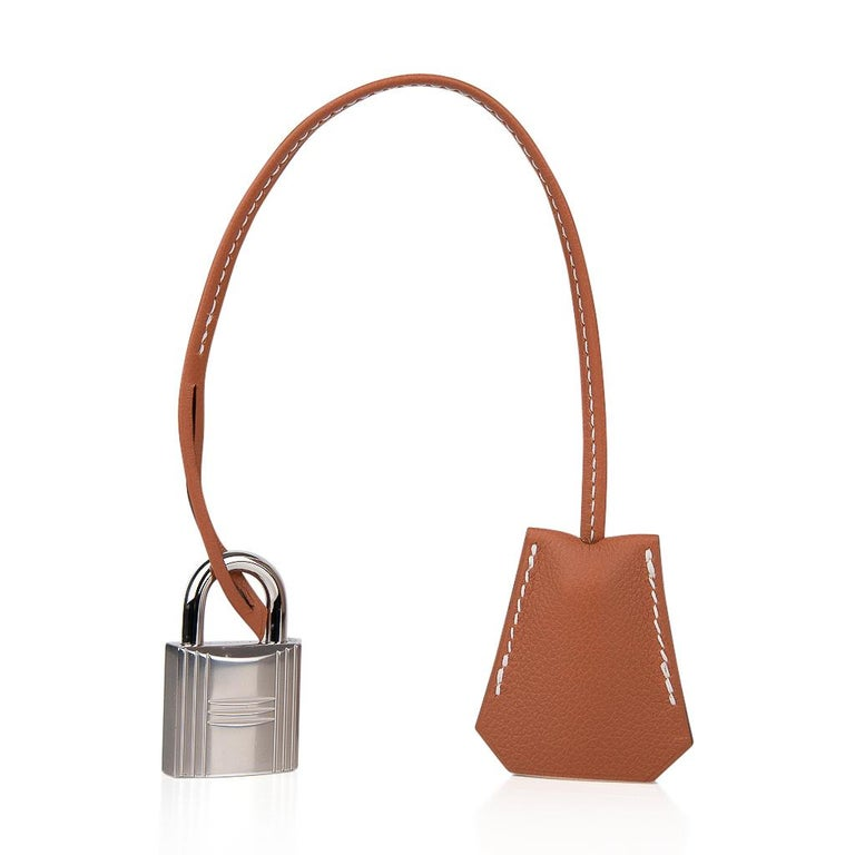 Mightychic offers a guaranteed authentic Hermes HAC 40 (Haut a Courroies) bag featured in Gold Evercolor leather with Ficelle Toile. Rare to find this beautiful tote bag is neutral perfection for everyday to travel wear. This Hermes Hac bag is
