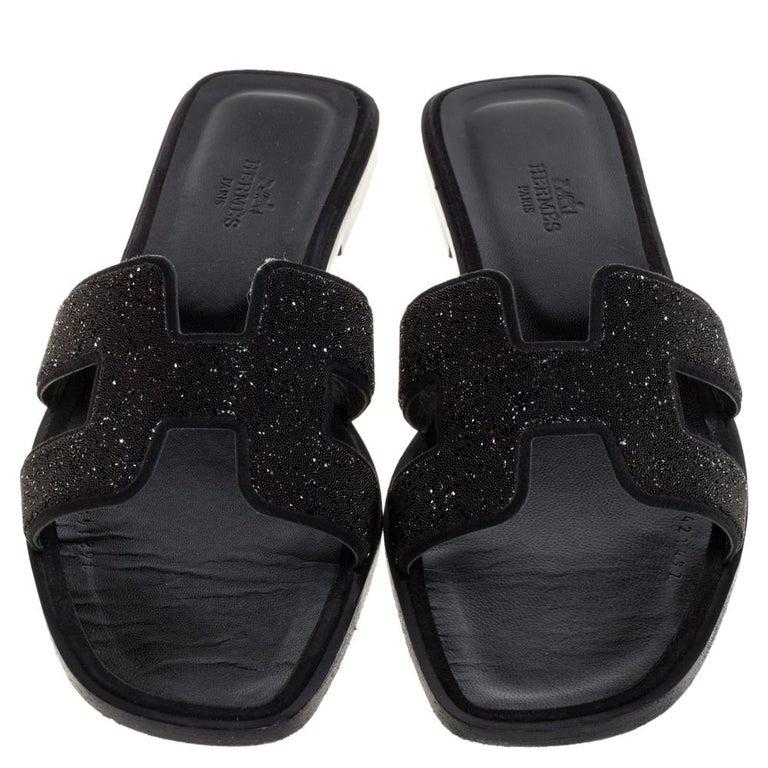 Hermes Black Glitter Leather Oran Flat Slides Size 38.5 In Good Condition For Sale In Dubai, Al Qouz 2