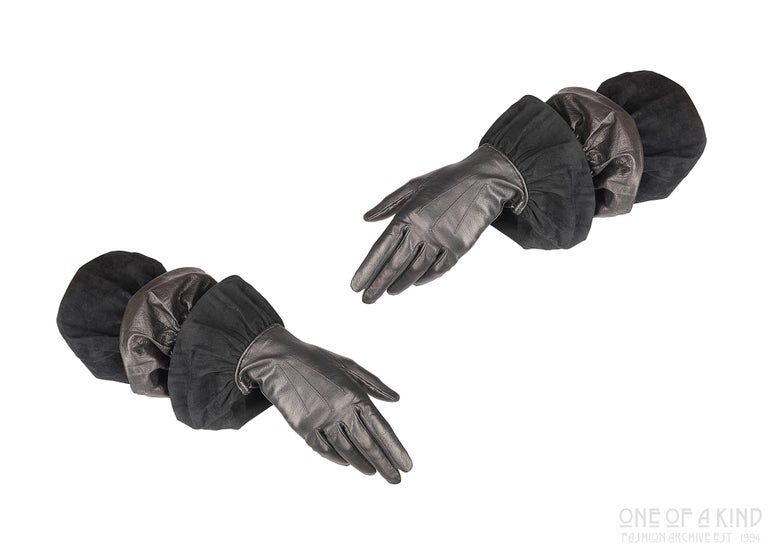 Black Hermes black leather and suede long gloves, ca. 1947 For Sale
