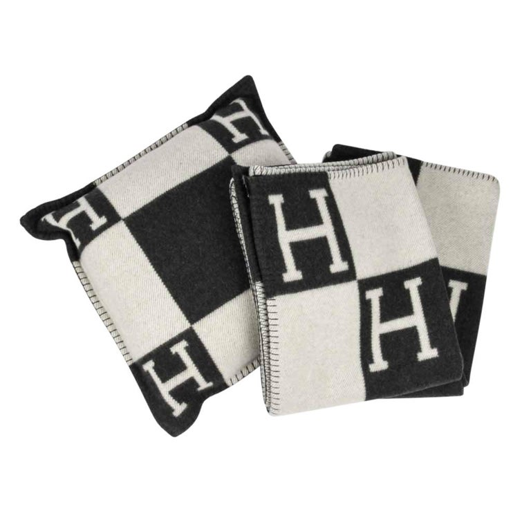 Hermes Blanket Avalon I Signature H Ecru and Gris Fonce Throw Blanket In New Condition In Miami, FL