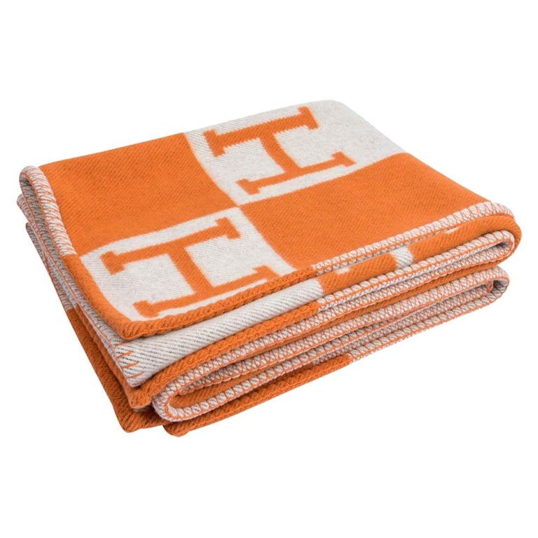 Mightychic offers garanteed authentic Hermes classic Avalon I signature H blanket featured in Orange. Created from 90% Merino Wool and 10% cashmere and has whip stitch edges. New or Pristine Store Fresh Condition.  Please see the matching pillows