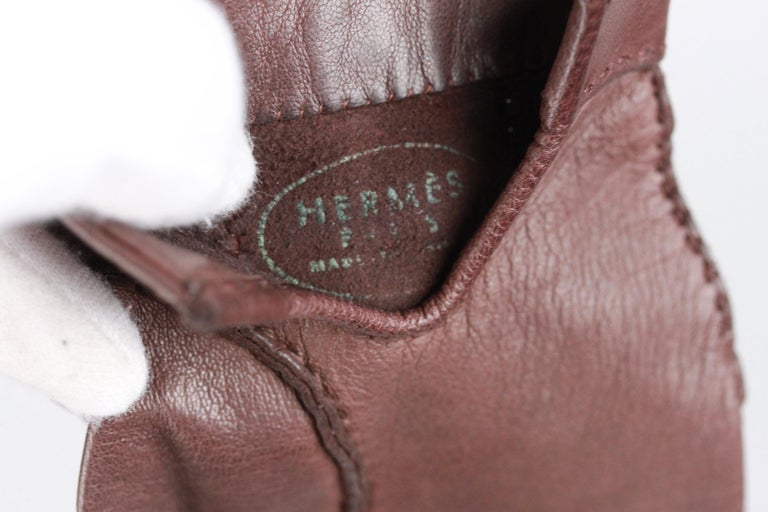 'HERMES Paris' brown leather gloves with gold metal round studs with engraved 'HERMES Paris' writings. Made in France' embossed inside. Unlined. Size 6.5 . Total lenght: 7.5 inches - 19 cm
