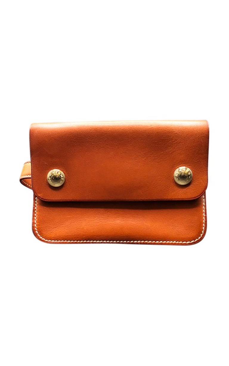 Vintage Hermès Paris Chasse riding pouch in brown grained calfskin, in excellent pre-loved condition. A true vintage gem as it is no longer produced, this little but adorable pouch features two silver-tone press studs that act as its closure, and an
